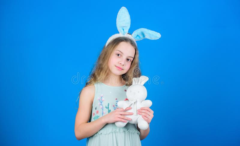 Infanzia felice Pasqua felice Aspetti per il giorno di Pasqua Attività di Pasqua per i bambini Coniglietta di festa con il conigl immagine stock