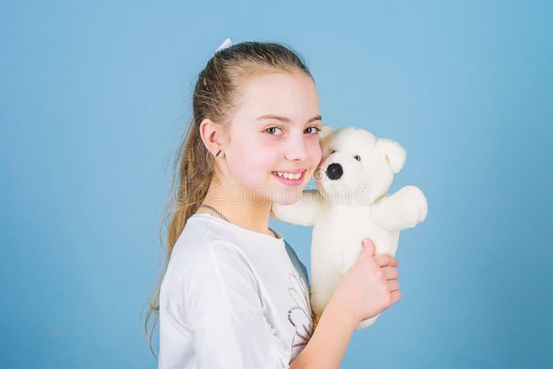 Infanzia felice Puericultura Infanzia dolce Concetto di infanzia Fronte felice sorridente della piccola ragazza adorabile con il  immagine stock