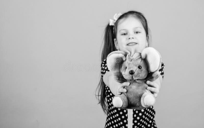 Infanzia felice Puericultura Infanzia dolce Concetto di infanzia Piccola ragazza adorabile con il giocattolo favorito Asilo e fotografie stock libere da diritti