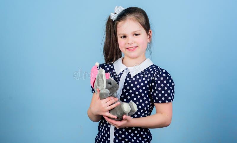 Infanzia felice Puericultura Infanzia dolce Concetto di infanzia Piccola ragazza adorabile con il giocattolo favorito Asilo e fotografie stock