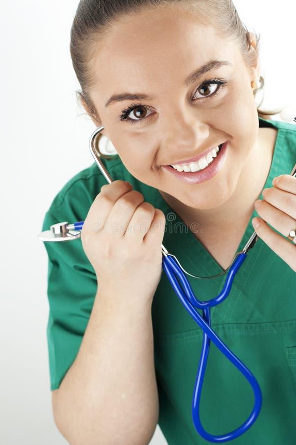 Infermiera della giovane donna che tiene uno stetoscopio immagini stock