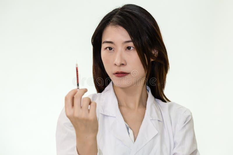 Infermiere asiatico con la siringa fotografie stock