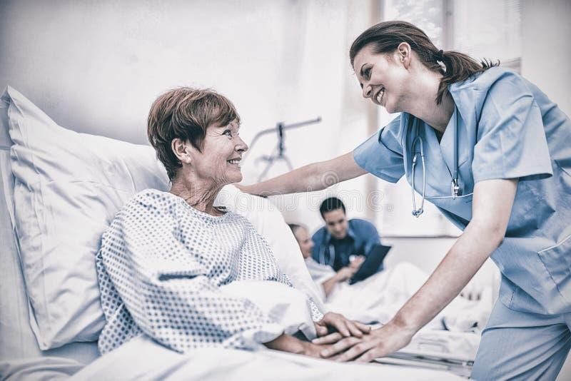 Infermiere che consola un paziente nel reparto di ospedale fotografia stock libera da diritti