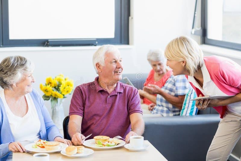 Infermiere che parla con anziani immagini stock libere da diritti
