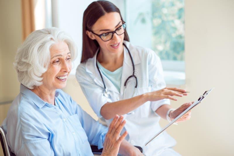 Infermiere che visita paziente senior immagine stock libera da diritti