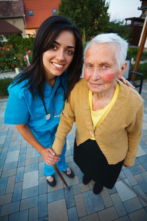Infermiere con la donna anziana fotografie stock