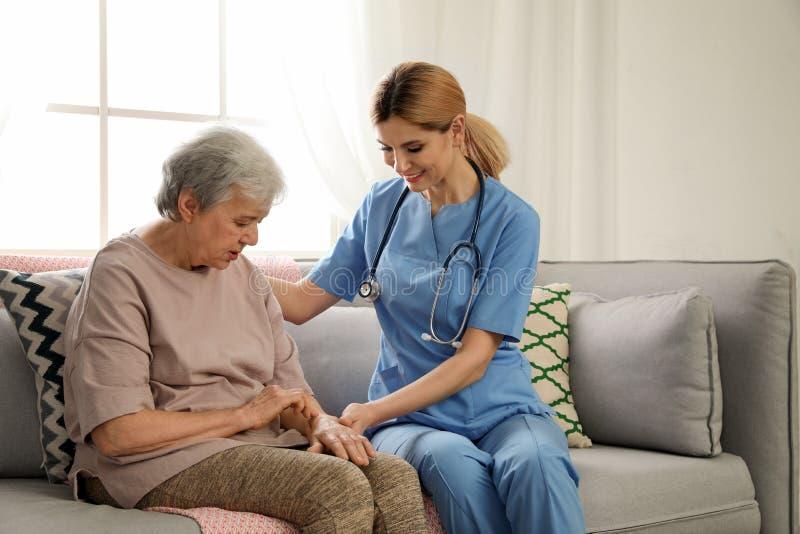 Infermiere con la donna anziana Assistenza della gente senior immagine stock libera da diritti