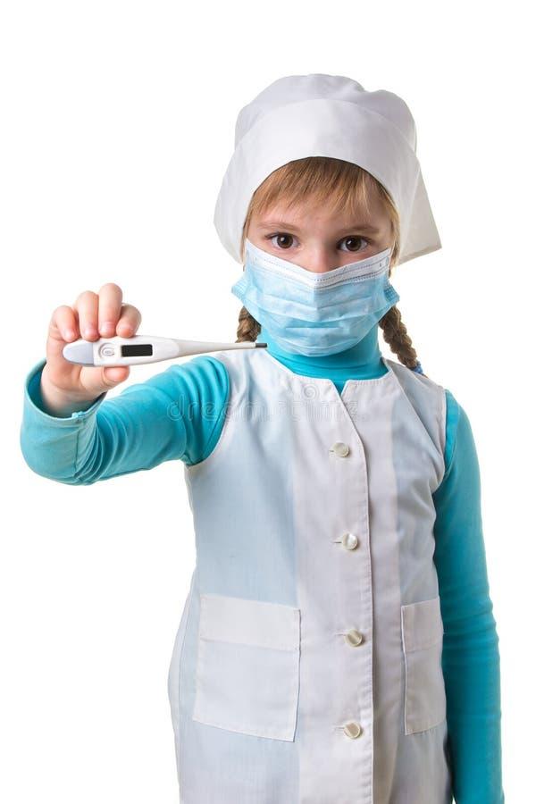 Infermiere della giovane donna con la maschera medica che tiene termometro elettronico sopra fondo bianco, orientamento del portr fotografie stock