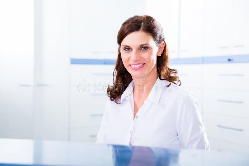 Infermiere di medici con il telefono in reception fotografia stock libera da diritti