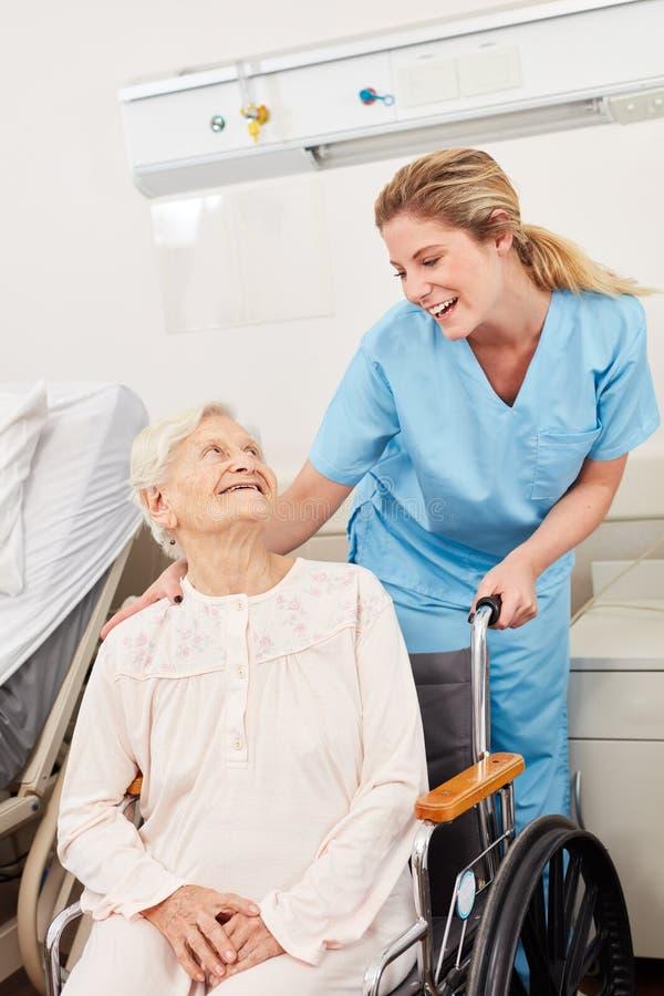 infermiere e donna senior in sedia a rotelle fotografie stock libere da diritti