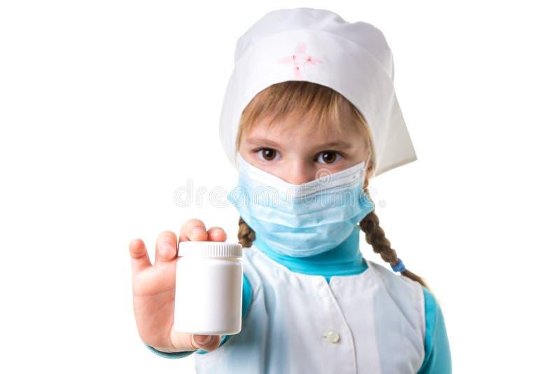 Infermiere femminile che indica la bottiglia di pillola bianca isolata su fondo bianco, orientamento del paesaggio immagini stock