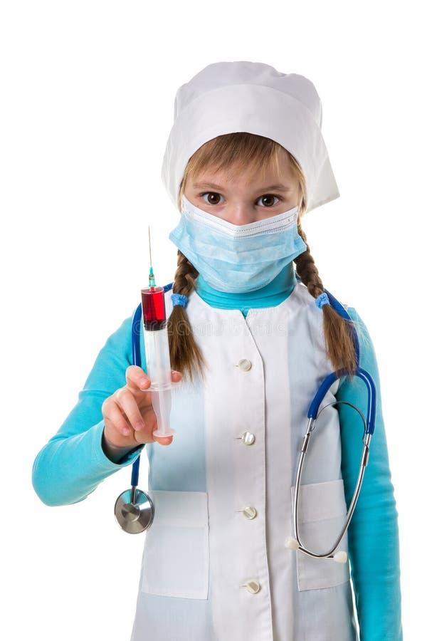 Infermiere femminile con un liquido rosso nella siringa, malattia vaccino di trattamento dell'iniezione ipodermica della dose del fotografie stock