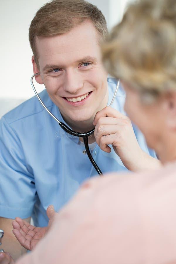 Infermiere maschio con lo stetoscopio fotografie stock