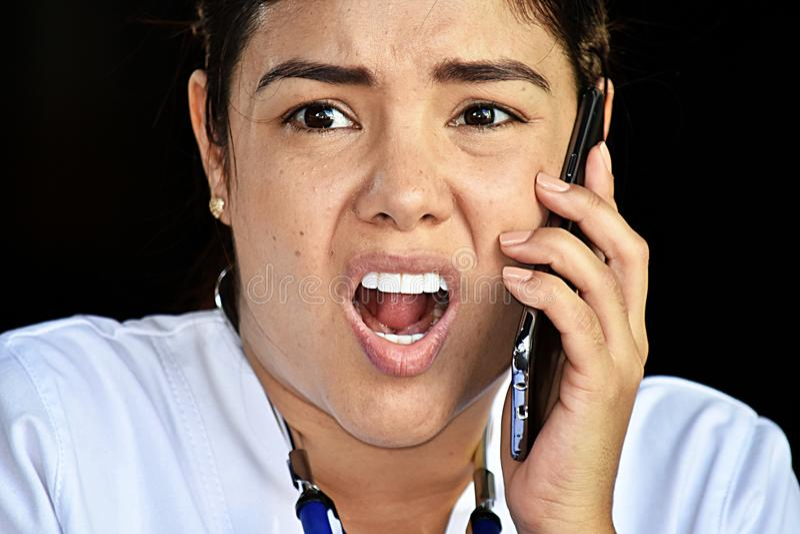 Infermiere sveglio Using Cell Phone ed infelice immagine stock