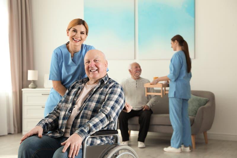 Infermieri che assistono gli anziani al pensionamento immagini stock libere da diritti