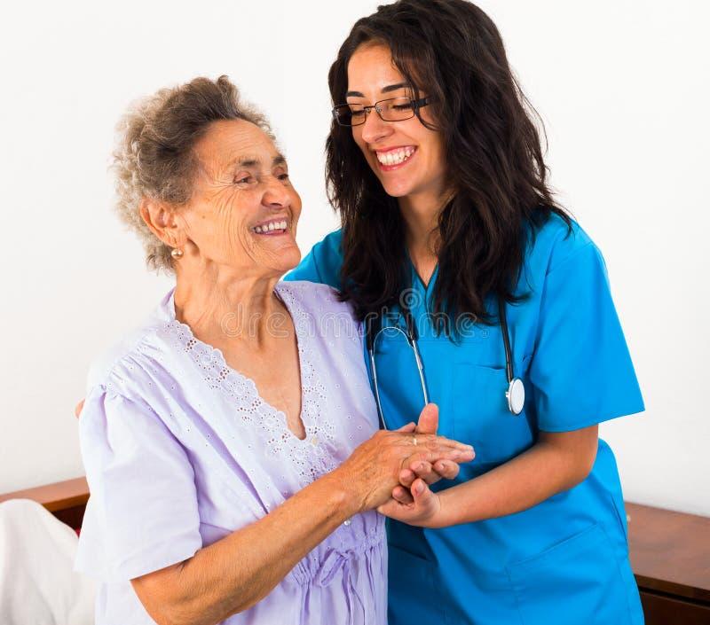 Infermieri che si occupano dei pazienti anziani fotografia stock