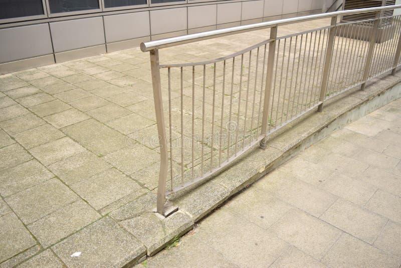 Inferriata nociva del metallo sulla pavimentazione fotografia stock