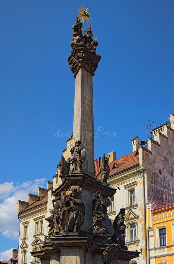 Infestez la colonne dans la place principale de la ville médiévale Loket Ciel bleu à l'arrière-plan images stock