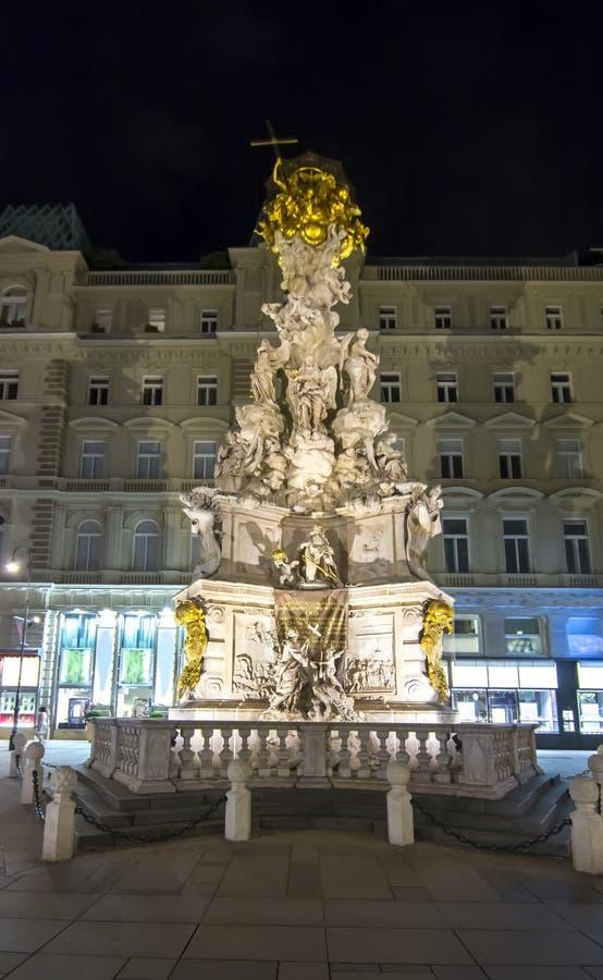 Infestez la colonne de trinité de colonne la nuit, Vienne, Autriche photos stock