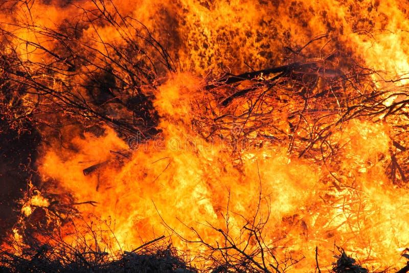 Infierno grande del fuego, rojo y anaranjado foto de archivo