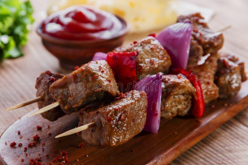 Infilza il kebab di carne con salsa rossa immagini stock