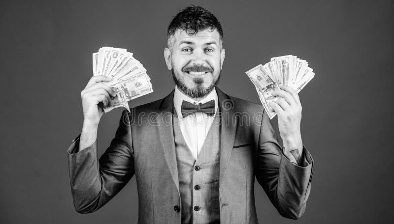 Infine ricco Prestito di partenza di affari Mediatore di valuta con il pacco di soldi Uomo barbuto che tiene denaro contante ricc fotografia stock libera da diritti