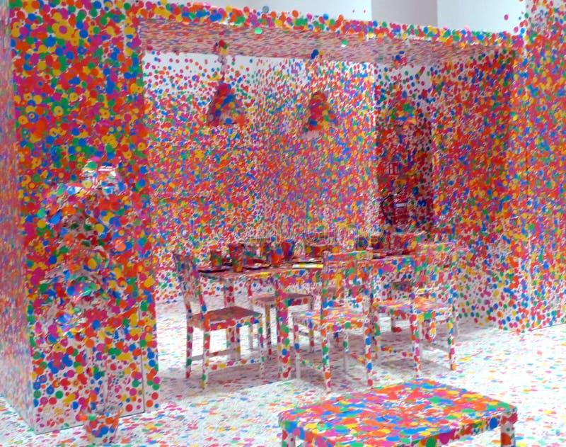 Infinidade colorida Yayoi Kusama Exhibition Singapore da ilusão dos pontos 3D foto de stock royalty free