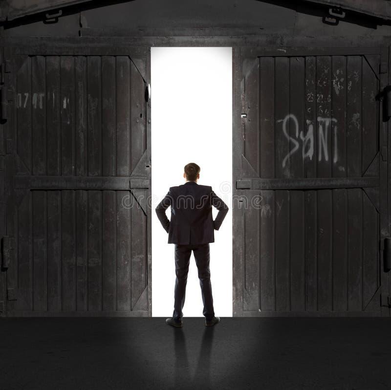 Infinidade Homem de negócios na luz da saída foto de stock