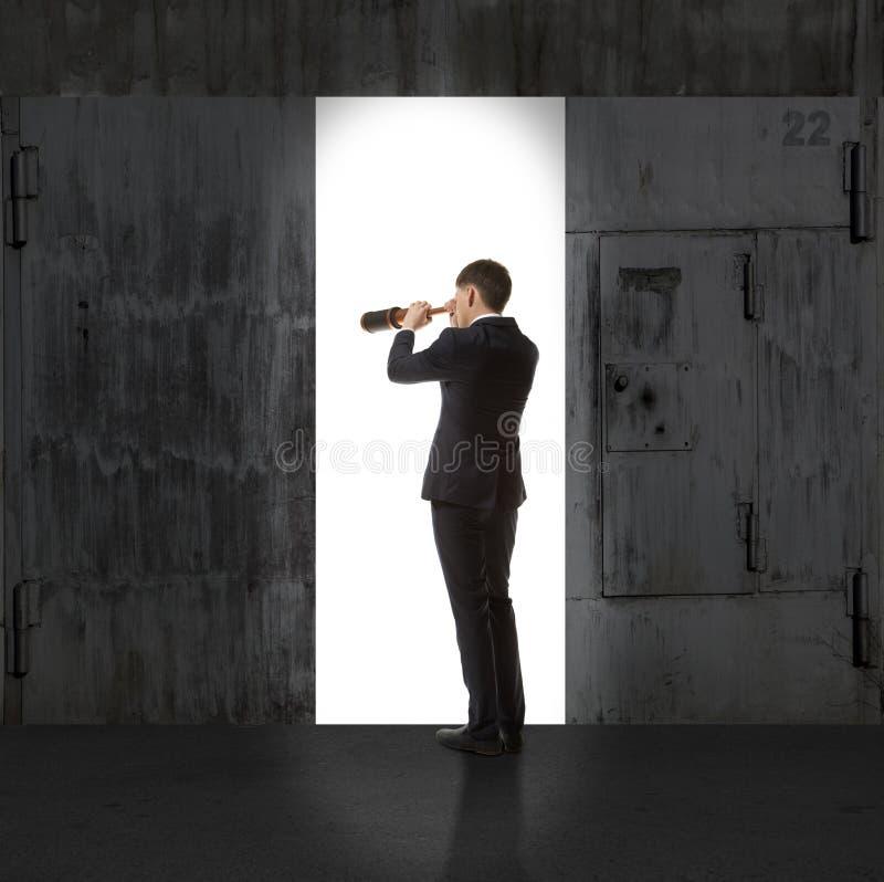 Infinidade Homem de negócios na luz da saída fotografia de stock