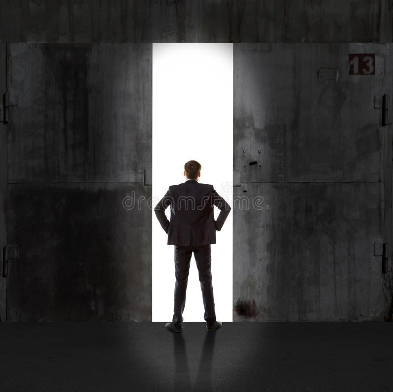 Infinidade Homem de negócios na luz da saída imagens de stock