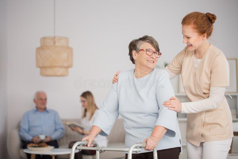 Infirmière aidant l'aîné image libre de droits