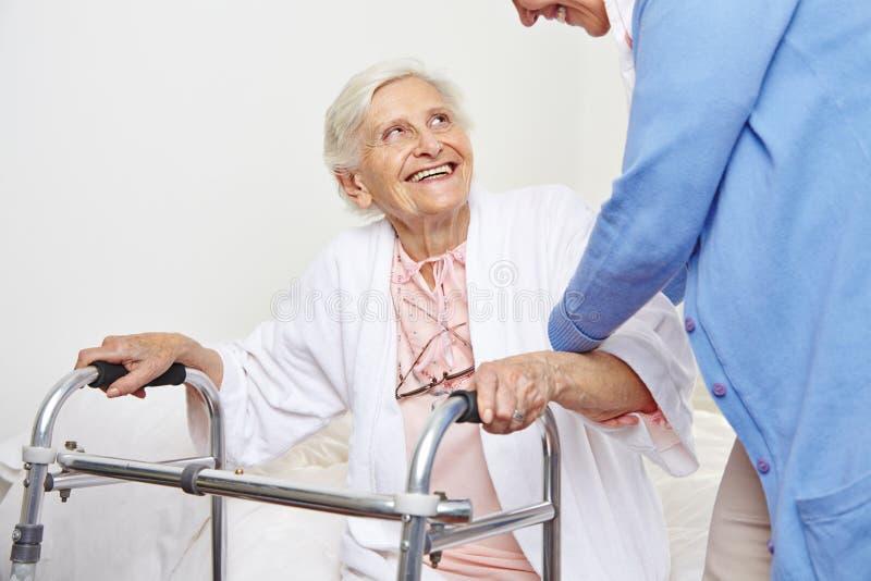 Infirmière aidant le vieillard photos stock