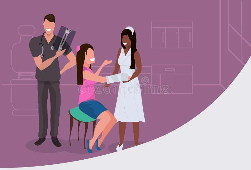 Infirmière américaine anfrican de examen de rayon X de traumatologist masculin de docteur bandant le patient blessé présentant la illustration libre de droits