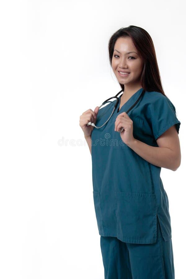Infirmière assez asiatique avec l'expression amicale images stock