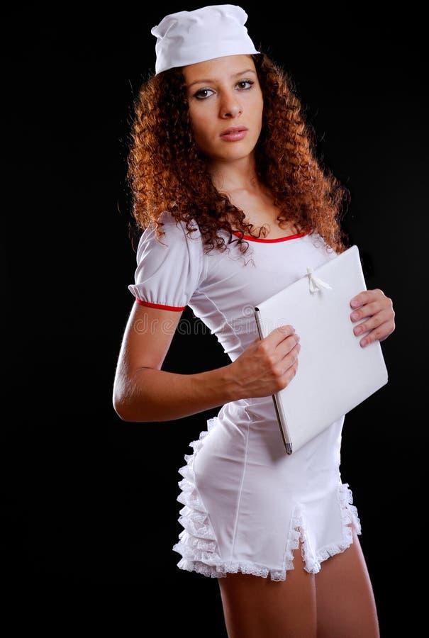 Infirmière assez médicale avec un dépliant photographie stock libre de droits