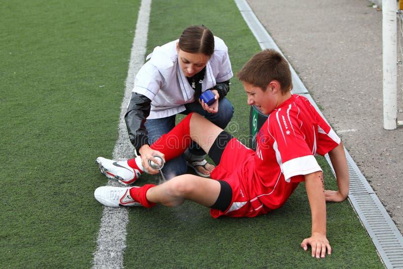 Infirmière avec le joueur de football image libre de droits
