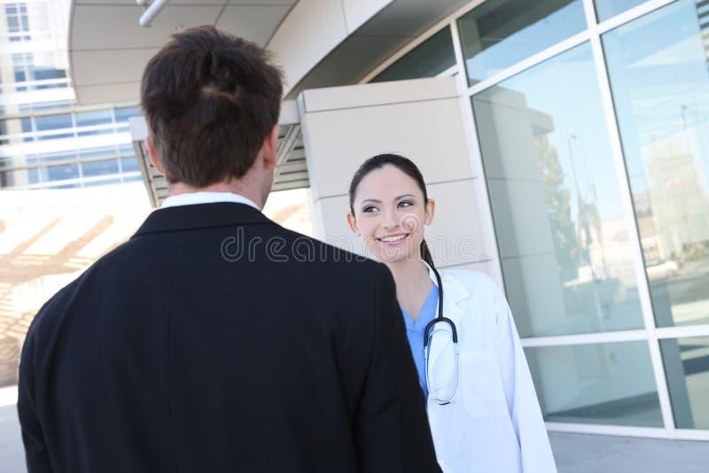 Infirmière avec le patient à l'hôpital image libre de droits