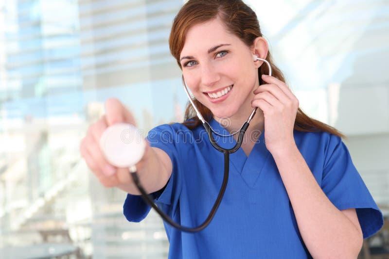 Infirmière avec le stéthoscope à l'hôpital photos stock