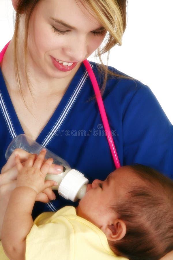 Infirmière avec nouveau-né image stock