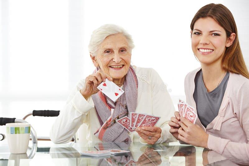Infirmière d'Eldercare jouant des cartes images libres de droits