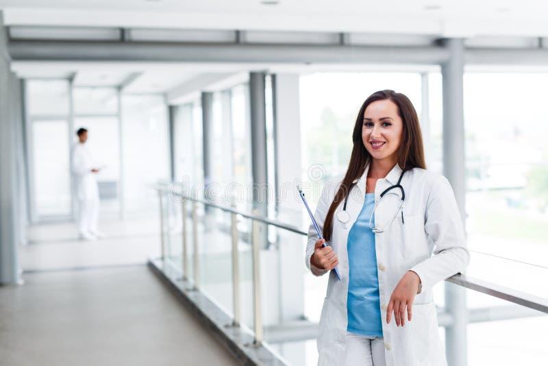 Infirmière de jeunes posant devant son collègue images stock