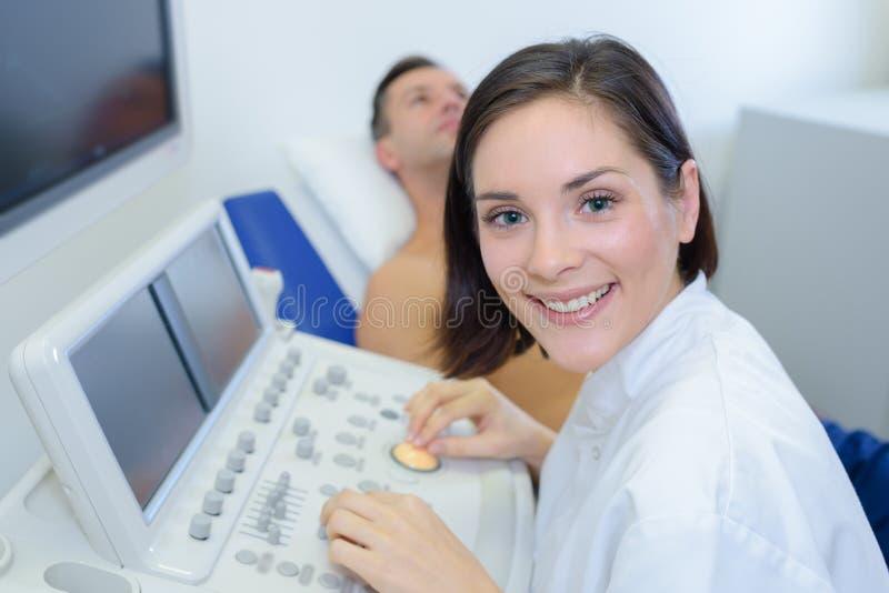 Infirmière de portrait à l'aide du matériel médical photographie stock libre de droits