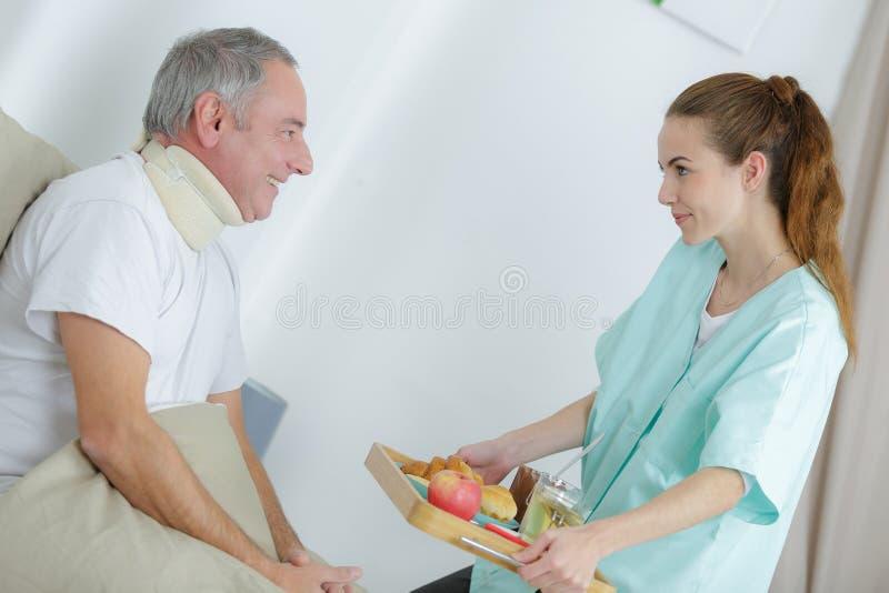 Infirmière donnant le repas patient photo stock