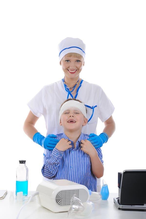 Infirmière et le petit patient. image stock