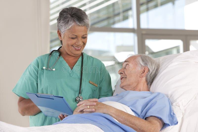 Infirmière et patient féminins images libres de droits
