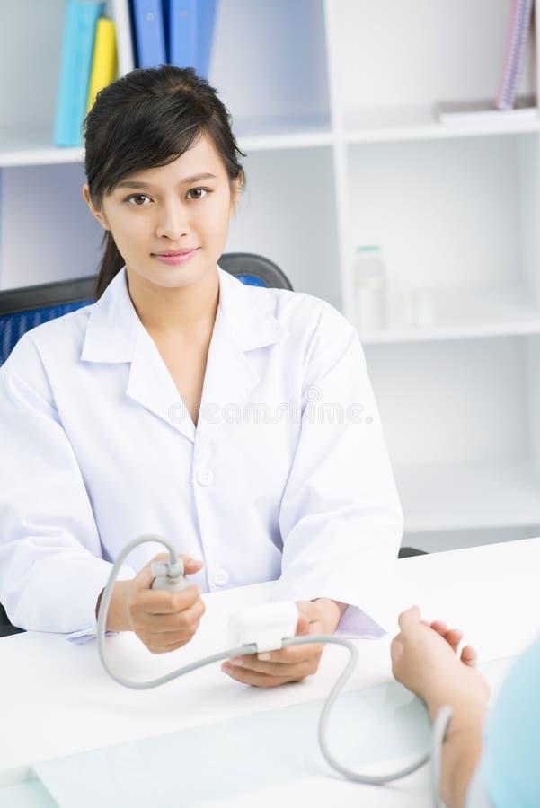 Infirmière féminine image stock