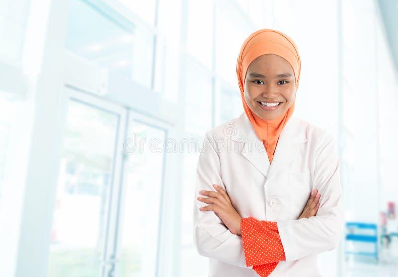 Infirmière féminine musulmane dans l'hôpital photographie stock libre de droits