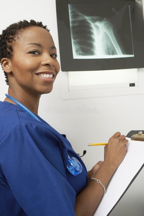 Infirmière féminine Writing un rapport images libres de droits