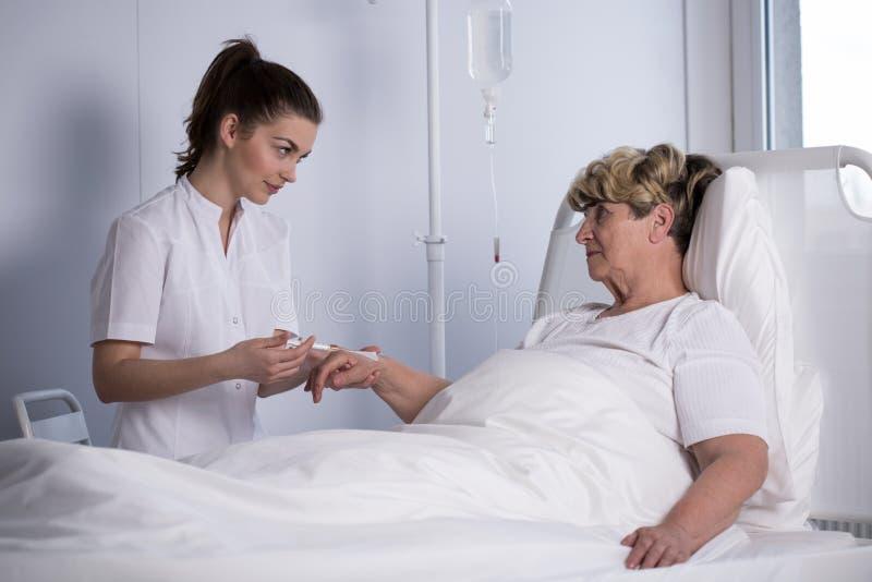Infirmière faisant l'injection intraveineuse image stock