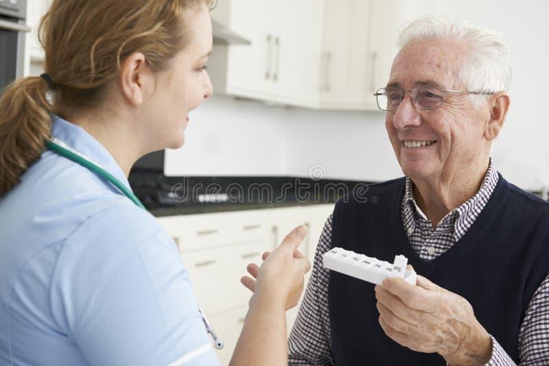 Infirmière Helping Senior Man avec le médicament images libres de droits